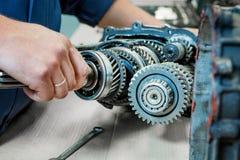 Baute den Motor und die Hände auseinander lizenzfreies stockbild