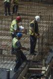 Bauteam mit dem Plan, der 4 bearbeitet Lizenzfreies Stockfoto
