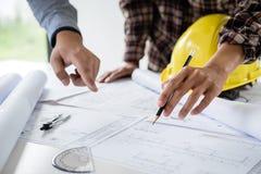 Bautechnik oder -architekt einen Plan bei der Prüfung von Informationen über Zeichnung besprechen und dem Skizzieren der Sitzung  lizenzfreie stockfotos