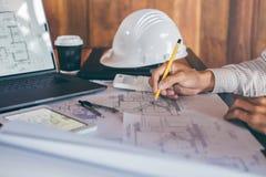 Bautechnik- oder -architektenh?nde, die an Planinspektion an Arbeitsplatz, bei der Pr?fung der Informationszeichnung arbeiten und lizenzfreies stockfoto