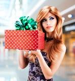 Bautiful妇女拿着生日礼物红色箱子 库存照片
