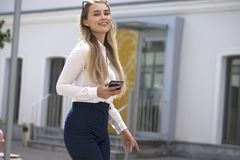 Bautiful blondin in royaltyfria bilder