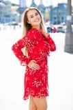 Bautiful blondin i sexig röd klänning royaltyfri foto