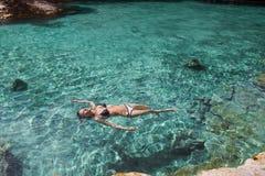 Bautiful dziewczyna relaksuje w błękitnej lagunie fotografia stock
