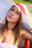 Bautiful flicka i en sommarhatt Arkivbilder