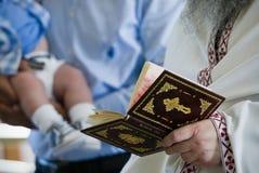 Bautismo, leyendo rezos Imagen de archivo libre de regalías