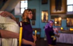 Bautizo en la iglesia Catolicismo y ortodoxia vela encendido imagenes de archivo
