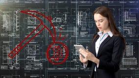 Bauty-Geschäftsfrau, die in der Klage mit Bitcoin-Logo steht, um den Gebrauch von bitcoin für den Handel oder Geldüberweisung zu  lizenzfreie stockfotografie