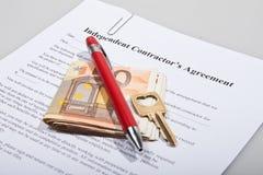 Bauvereinbarung mit den Schlüssel- und Euroanmerkungen Lizenzfreie Stockfotos