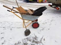 Bauwagen mit Mülltonne und Besen stockbild