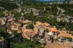 Baux de普罗旺斯城堡废墟的全景在小山的,与村庄的下面屋顶  免版税库存照片