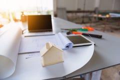 Bauzeichnung und -haus modellieren auf Tabellenwerkstatt stockbild