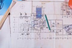 Bauzeichnungen Arbeitsplatz des Architekten oder des Designers lizenzfreie stockfotos
