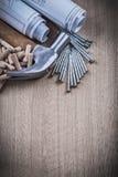 Bauzeichnungs-Tischlerhammerstapel hölzerne Dübel und NaI Stockbilder