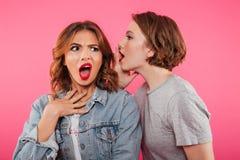 Bavardage choqué de deux amies de femmes Images stock