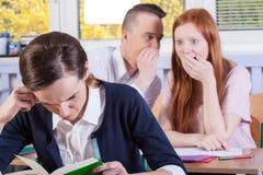 Bavardage d'étudiants sur une leçon Images libres de droits