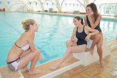 Bavardage dans le secteur de natation Photographie stock libre de droits