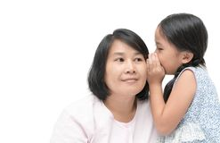 Bavardage de chuchotement de fille à sa mère d'isolement Photo stock