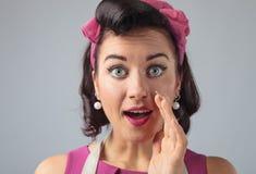 Bavardage de chuchotement de jeune femme au foyer Images stock