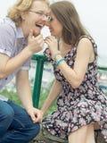 Bavardage de couples pendant la date Images libres de droits