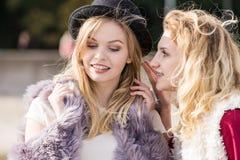 Bavardage de deux femmes à la mode Photo libre de droits