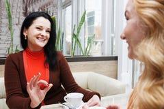 Bavardage de femmes dans le café Image libre de droits