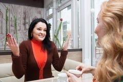 Bavardage de femmes dans le café Photos libres de droits