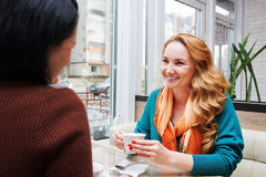 Bavardage de femmes dans le café Photo stock