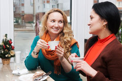 Bavardage de femmes dans le café Photos stock