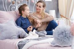 Bavardage de fille avec la mère Photos libres de droits
