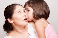 Bavardage de grand-mère et de petite-fille Image stock