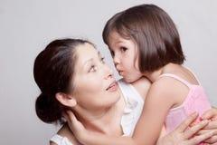 Bavardage de grand-mère et de petite-fille Photo libre de droits