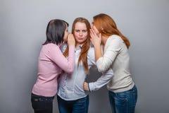 Bavardage femelle de fille de trois de femme amies de femme Photos libres de droits