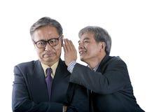 Bavardage supérieur asiatique d'homme des affaires deux pour l'isola de stratégie commerciale Photo stock