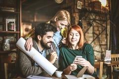 Bavardage Trois meilleurs amis au café Photos stock
