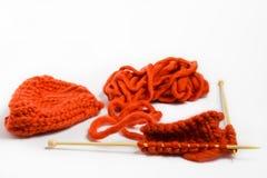 Bavardez et des aiguilles de tricotage d'isolement sur le fond blanc Image libre de droits