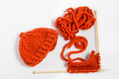 Bavardez et des aiguilles de tricotage d'isolement sur le fond blanc Images stock