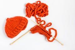 Bavardez et des aiguilles de tricotage d'isolement sur le fond blanc Image stock