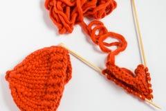Bavardez et des aiguilles de tricotage d'isolement sur le fond blanc Images libres de droits