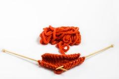 Bavardez et des aiguilles de tricotage d'isolement sur le fond blanc Photographie stock libre de droits