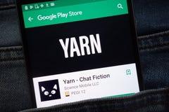 Bavardez - l'appli de fiction de causerie sur le site Web de Google Play Store montré sur le smartphone caché dans des jeans empo images libres de droits