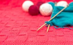 Bavardez les boules et les rais sur le plan rapproché tricoté de tissu Photo libre de droits