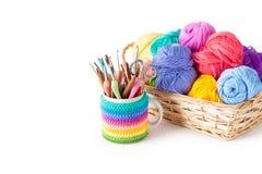 Bavardez les boules pour le tricotage et les crochets, aiguilles de tricotage Image stock