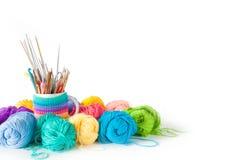 Bavardez les boules pour le tricotage et les crochets, aiguilles de tricotage Image libre de droits
