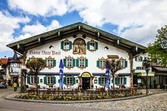 bavaria germany Måla huset i byn Oberammergau, hotell fotografering för bildbyråer