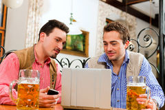 bavarian przyjaciół laptopu pub dwa Obrazy Stock