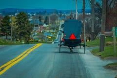 Bavck widok Amish zapluskwiony podróżować w górę drogi w wiejskim Lancaster okręgu administracyjnym Obrazy Stock