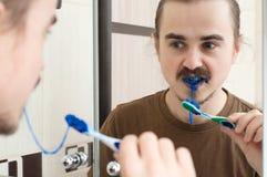 Bave bleue sur la brosse à dents image libre de droits