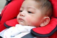 Bave espiègle de salive de bulles de bébé garçon mignon sur la bouche d'enfant image stock