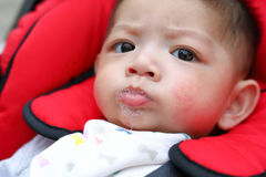 Bave espiègle heureuse de salive de bulles de bébé garçon mignon sur la bouche d'enfant photographie stock